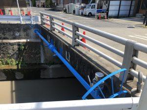 水道管川を渡る